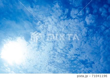 太陽のまわりを囲む泡のように広がる雲 71041196