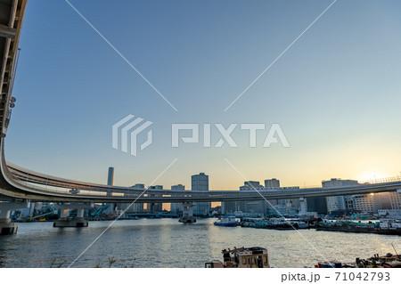 東京都港区芝浦ふ頭から見た東京の都市景観 71042793
