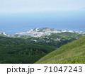 山から望む街と広大な海、そして微かにみえる海向こうの島 71047243