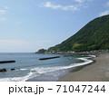 快晴の日の山と海岸線....穏やかな波とともに 71047244