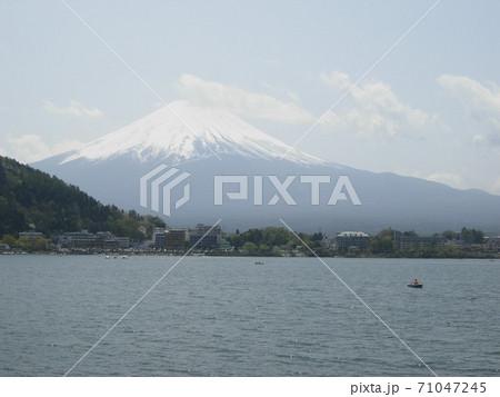快晴の日に湖に浮かぶような裾野まで見える富士山 71047245