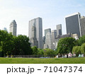 ニューヨーク摩天楼の風景を公園から見た 71047374