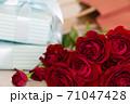 赤い薔薇とプレゼント 71047428
