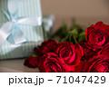 赤い薔薇とプレゼント 71047429