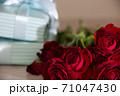 赤い薔薇とプレゼント 71047430
