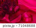 情熱の赤い薔薇の花束と結婚指輪 71048688