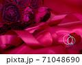 情熱の赤い薔薇の花束と結婚指輪 71048690