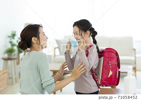 マスクをつける女の子と母親 71058452