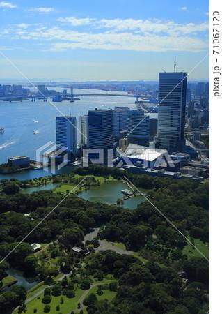 東京湾沿いの浜離宮庭園とベイエリアの風景 71062120
