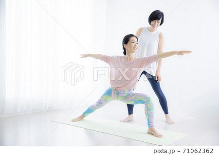 ヨガ教室 50代女性 71062362