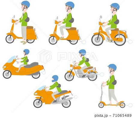 二輪車に乗るヘルメットの男性セット 71065489