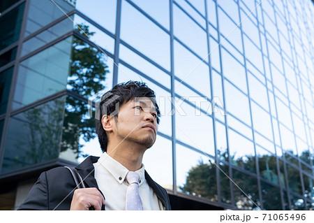 京都で、これから商談にむかう表情のビジネスマンのイメージ 71065496