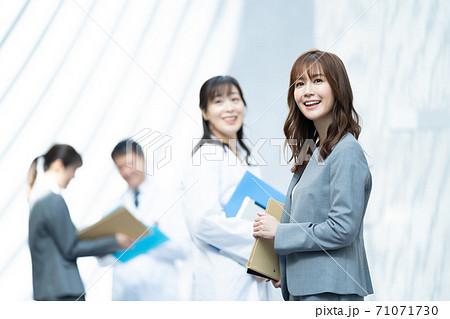 医療関係者 営業 ビジネスウーマン 71071730