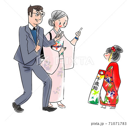 娘の晴れ姿を撮る両親 71071783