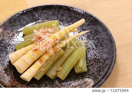 小さいタケノコとフキの煮物 茶色系背景 71075064