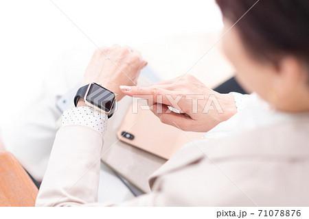 ビジネスウーマン スマートウォッチ 71078876