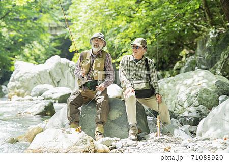 釣りを楽しむシニアの男性 71083920