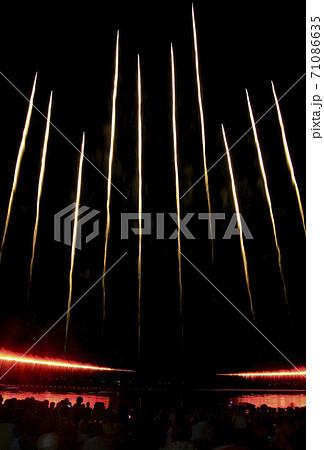 【花火イメージ】花火大会のオープニング又はフィナーレの一斉打ち上げの昇り 71086635