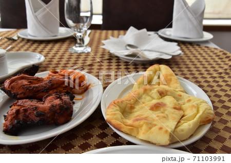 バングラデシュのダッカ レストランで食べたタンドリーチキンとナン 71103991