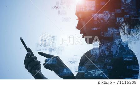 モバイルネットワーク スマホを使う女性と通信イメージ 71116509