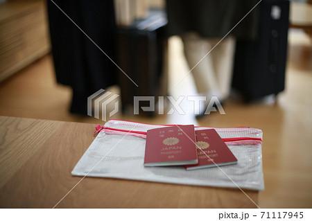 パスポートを忘れたまま出かける夫婦 71117945