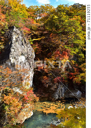 秋の紅葉に染まる塩原温泉と鹿股川 71119255