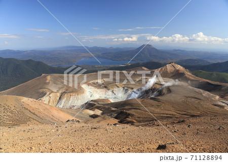 雌阿寒岳から阿寒湖の絶景大パノラマ 71128894