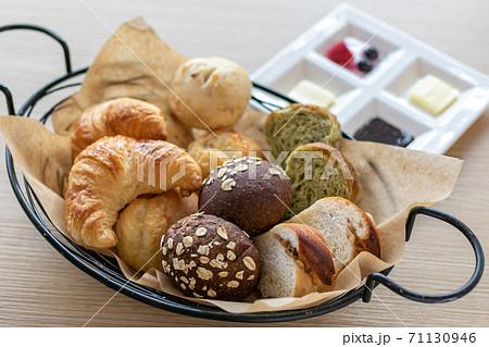 ベーカリーの焼き立ての美味しいパン 71130946