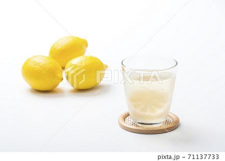 檸檬サワー レモンサワー レモン酒 檸檬酎ハイ イメージ素材 71137733