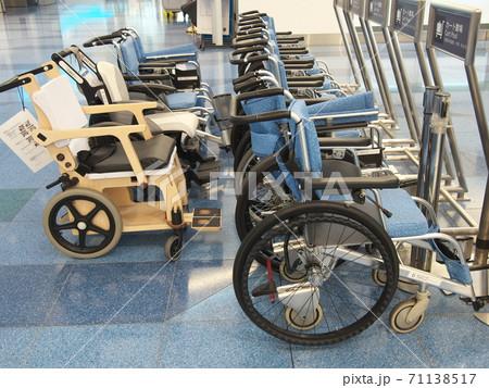 羽田空港第三ターミナル出発ロビー 車椅子置き場 71138517