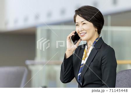 スマートフォンで通話するビジネスウーマン 71145448