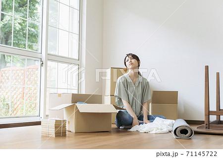 途方に暮れる女性 引っ越し荷造りイメージ 71145722
