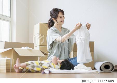 母子引っ越しイメージ_ 生後6ヶ月 71145809