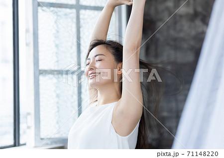 手を上げて深呼吸をする女性 ビューティーイメージ 71148220