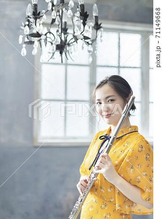 フルートを演奏する若い女性 71149668