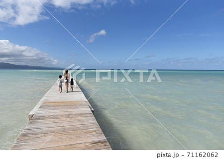 カリブ海の桟橋を歩く家族 71162062