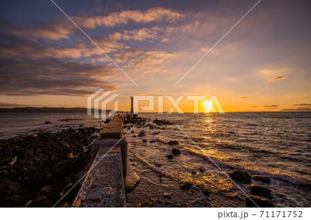 《長崎県 島原半島》瀬詰崎灯台と夕陽の風景 71171752