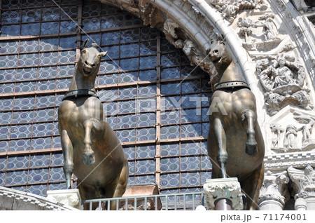 ベネチア 世界遺産サン・マルコ寺院ファッサードの青銅の馬 71174001
