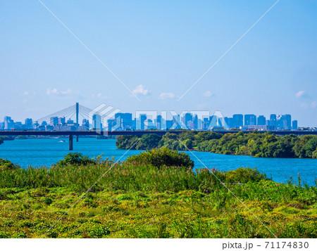 淀川と大阪の高層ビル群 71174830