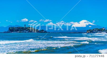 七里ヶ浜から見た江ノ島と富士山と湘南の海 71177446