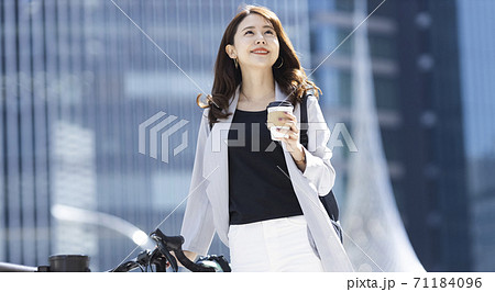 テイクアウトコーヒーを持つ女性 71184096