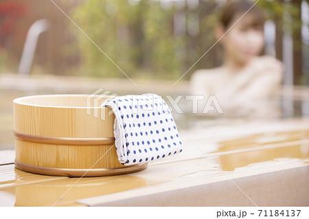 風呂桶と露天風呂に入る女性 温泉イメージ GoToトラベルキャンペーン 71184137
