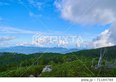 山梨(長野)の北奥千丈岳山頂から北側(長峰、五郎山、御座山)方面 71184789