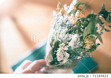 部屋に置いてある黄色い薔薇とユーカリのドライフラワーブーケ 71184823