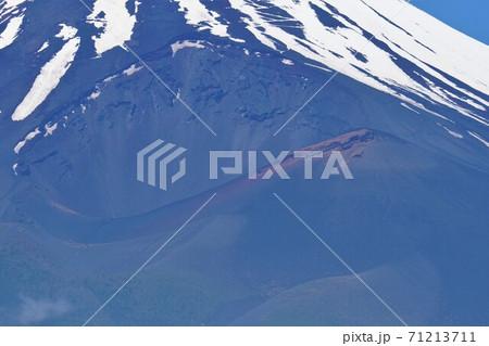 愛鷹山黒岳からの富士山の宝永火口 71213711