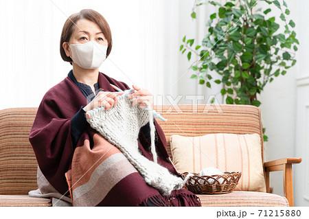 編み物をする女性 71215880