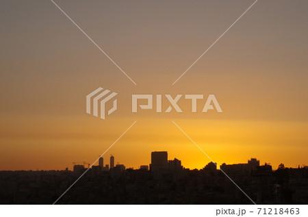 【ヨルダン】アンマン、夕暮れの空と街並みのシルエット 71218463