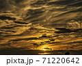 船橋市北部で撮影、畑、ナシ園、雑木林があり、空の撮影には恵まれています。間もなく落日です。   71220642
