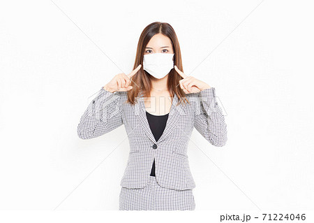 白背景の前に立つマスクをしたビジネスウーマン 71224046