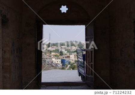 【ヨルダン】イルビッド、ウンムカイス遺跡博物館の扉から望む外の街並み 71224232
